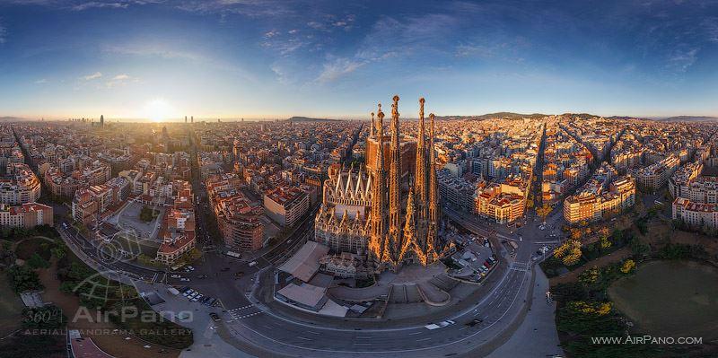 """Barcelona, a partir de helicóptero em sobrevoo no lado leste da """"Sagrada Família"""", na Espanha."""