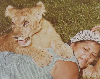 Dona Erotides, a mulher do leão de estimação de Aldeia
