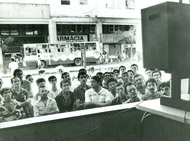 Sem televisores em casa, recifenses acompanharam o enterro do presidente eleito Tancredo Neves em aparelhos disponibilizados nas ruas por estabelecimentos comerciais