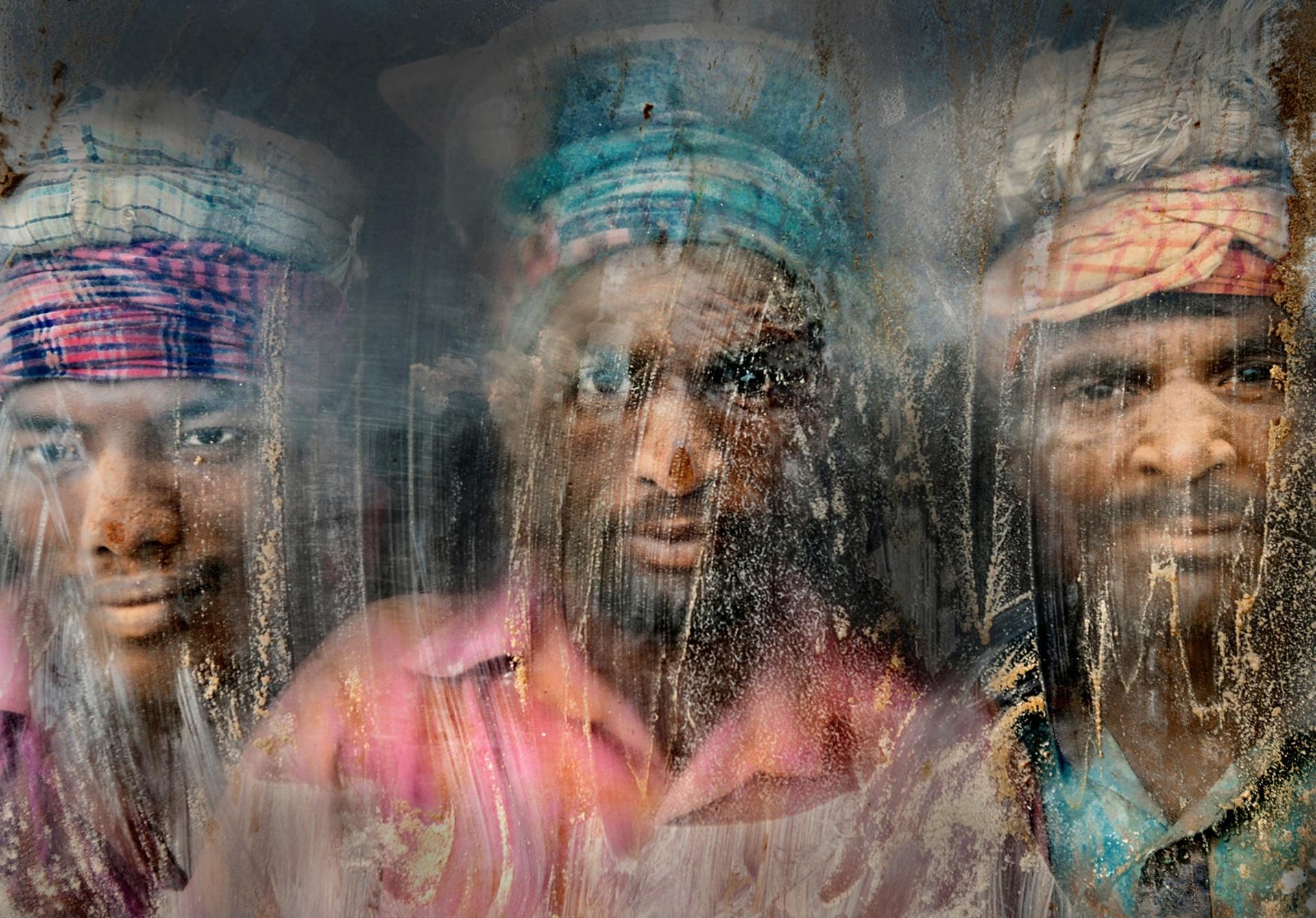 """2° LUGAR: """"Trabalhadores de cascalho, por janela de Chittagong, em Bangladesh"""", por Faisal Azim"""