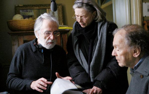 Haneke orientando os atores nos bastidores de Amour. Sony Pictures/divulgação.