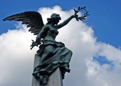 Chama a atenção a quantidade de estátuas...