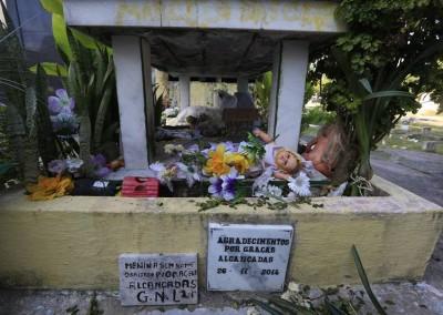 Entre os túmulos mais visitados, anônimos, como a Menina Sem Nome, que, acredita-se realizar milagres