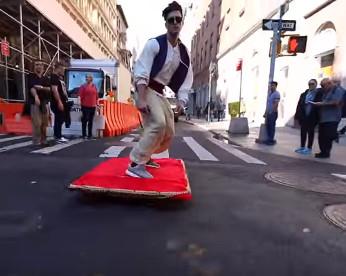 """""""Aladdin"""" e seu tapete voador passeando nas ruas de Nova York"""