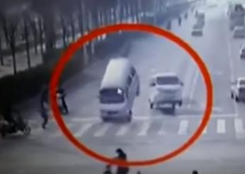 Carros levitam no meio do trânsito e causam acidente bizarro
