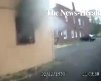 Policial registra momento em que salva homem de uma casa em chamas