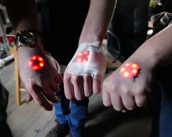 Moda das tatuagens luminosas inclui implante de LED na pele no maior estilo robô