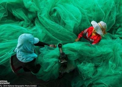 """""""Costurando a rede de pesca"""" (Vietnã), por Pham Ty"""