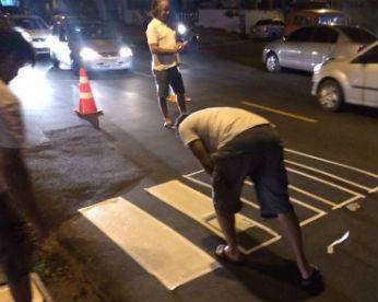 Em protesto por pedido não atendido pela prefeitura, moradores pintam própria faixa de pedestres no Recife