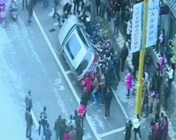 Vídeo flagra momento em que multidão vira carro para resgatar homem atropelado