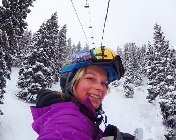 Esquiadora cai, rola por 300m e sai ilesa, no Alasca