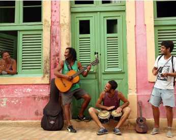 Argentinos tocam em ônibus do Grande Recife pelo sonho de rodar a América Latina
