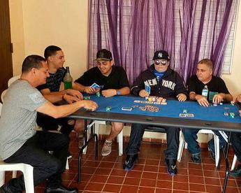 Homem velado em jogo de poker aumenta lista de ritos estranhos de Porto Rico