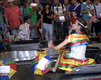 Flashmob do frevo: turistas são surpreendidos no Aeroporto do Recife