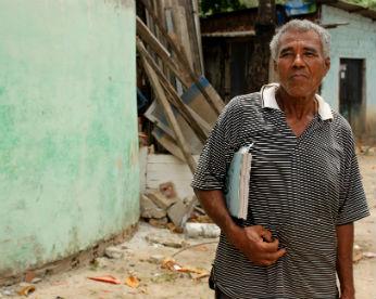 O poeta do Poço da Panela: Aos 72 anos, ele tenta aprender a ler para registrar seus versos