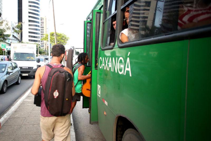 Grupo embarcando no ônibus. Créditos: Hesíodo Góes/DP