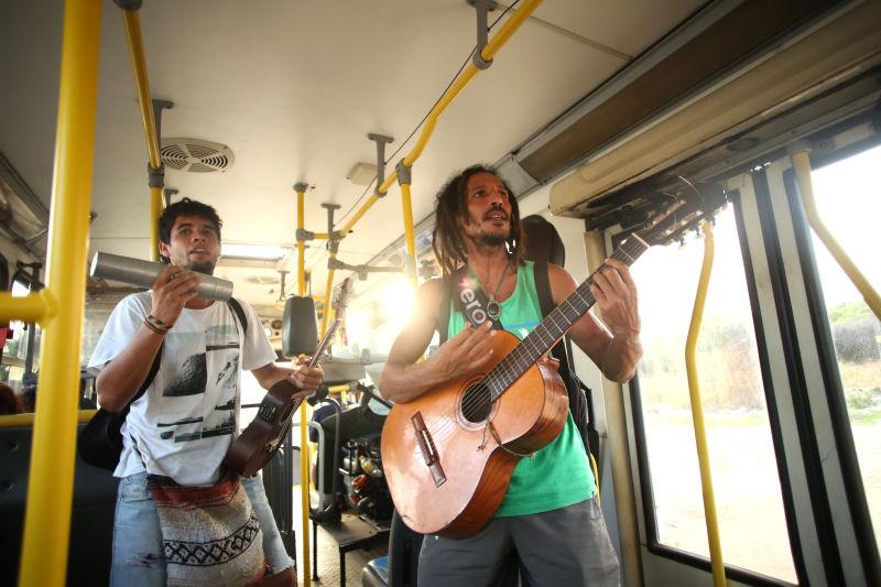 Grupo toca nos ônibus. Créditos: Hesíodo Góes/DP