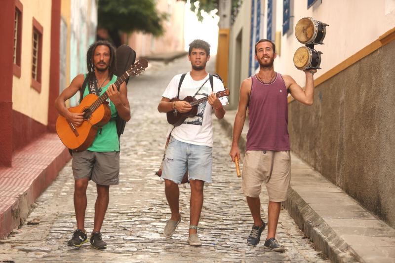 Hermanos tocando pelas ruas de Olinda. Créditos: Hesíodo Góes/DP