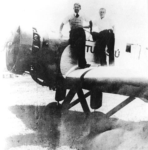 Severiano Lins, à esquerda, e o avião utilizado no primeiro vôo. Créditos: arquivo Fernando Lins.