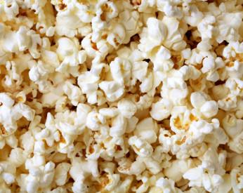 Homem tenta impedir o consumo de pipoca dentro do cinema