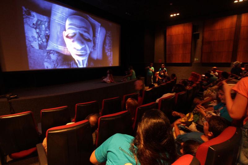 Recife recebe 1ª sessão de cinema adaptada para crianças com deficiência