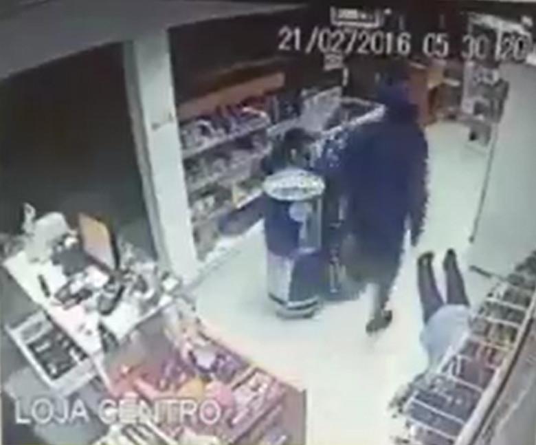 Homem de uma perna só rouba loja de posto e acaba preso