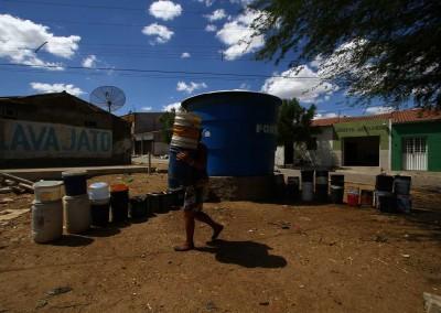 Seca traz de volta as filas de baldes no sertão de Pernambuco