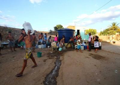 Em São José do Egito (PE),  a população passou dois meses sendo abastecidas por caixas d 'água coletivas