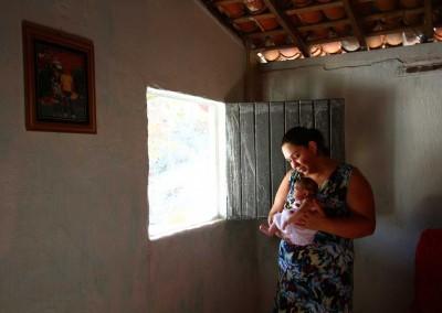 Érica Lívia mora na zona rural e conta com a mãe para cuidar da bebê