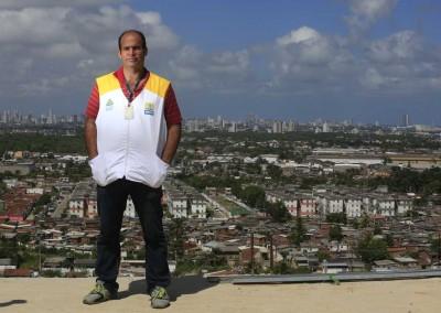 Combate ao mosquito desafia até quem já transita bem no Ibura, periferia do Recife, como Jorge Tadeu