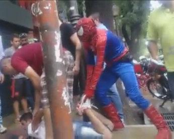 """""""Homem-aranha"""" imobiliza ladrão na Argentina"""
