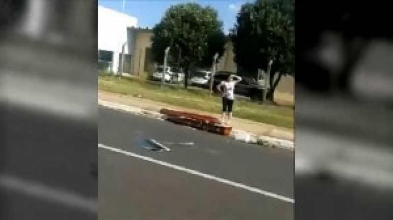 Caixão cai de carro e motorista percebe 56km depois, em Minas Gerais