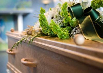Agentes funerários encontram bebê em caixão de grávida morta há 10 dias