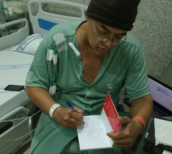 De hospital, professor faz lançamento virtual de livro, no Recife