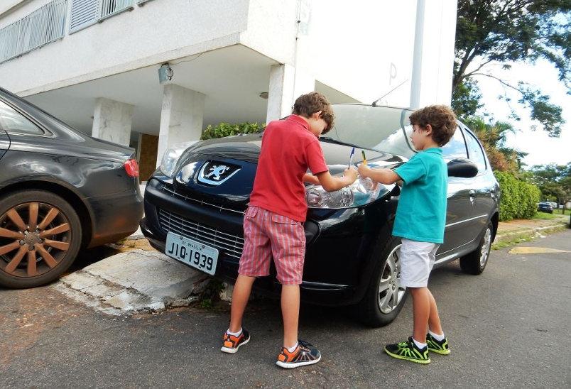 """Crianças """"autuam"""" motoristas infratores em Brasília"""