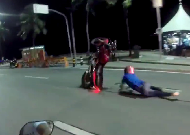 Motoqueiro faz manobra arriscada e cai na Avenida Boa Viagem