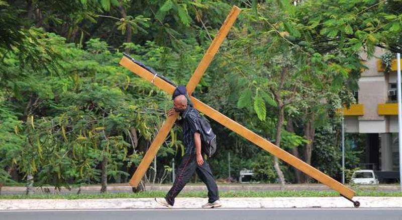 Pernambucano carrega cruz por 3 estados em protesto por 16 anos de prisão por crime que não teria cometido