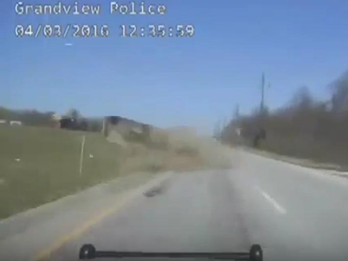 Carro capota após perseguição policial, nos EUA