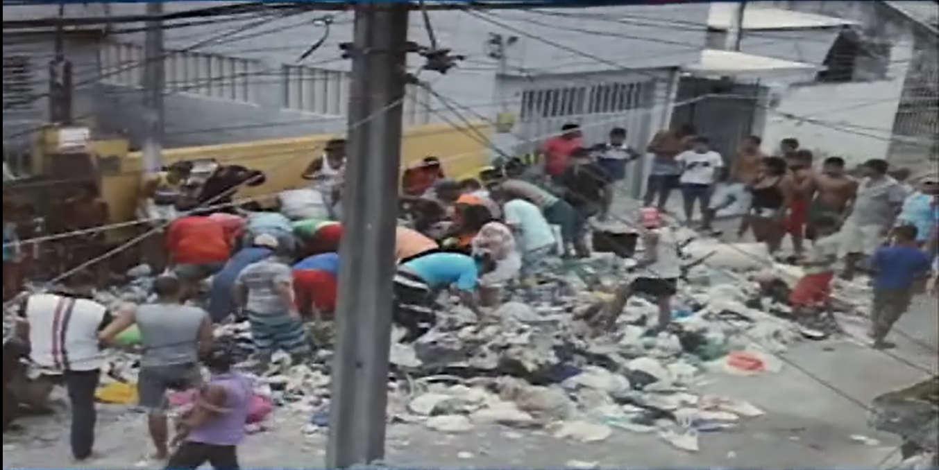 Moradores encontram R$ 15 mil em lixo de idosa, no Curado