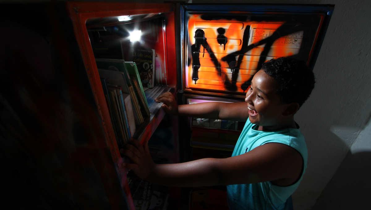 Para matar a fome de saber: Pernambuco ganha geladeira cheia de livros em comunidades