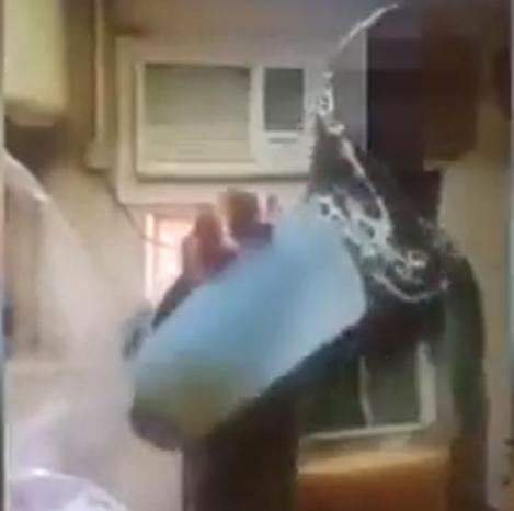 Câmera flagra mulher pondo urina em suco de patrões, na Arábia Saudita