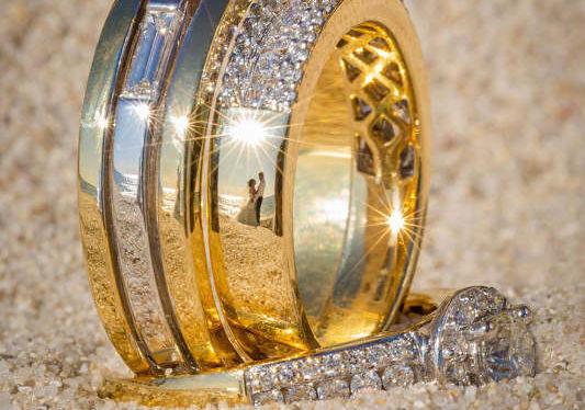 Fotógrafo registra casamentos a partir de reflexos em aliança