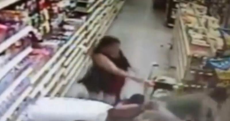 Mulher luta com sequestrador da filha em supermercado