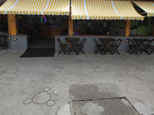Símbolos em calçada intrigam moradores da Madalena