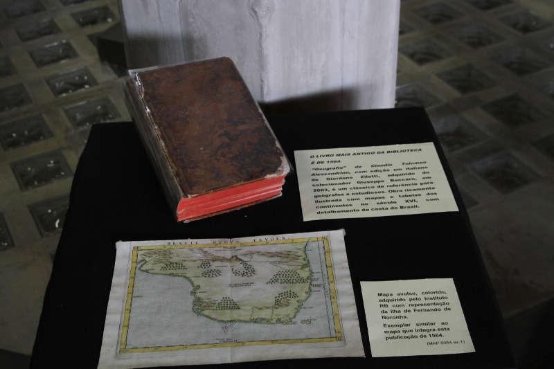 """Livro mais antigo da biblioteca do Instituto Ricardo Brennand, , """"Geografia"""", do italiano Claudio Tolomeu Alessandrino, 1564"""