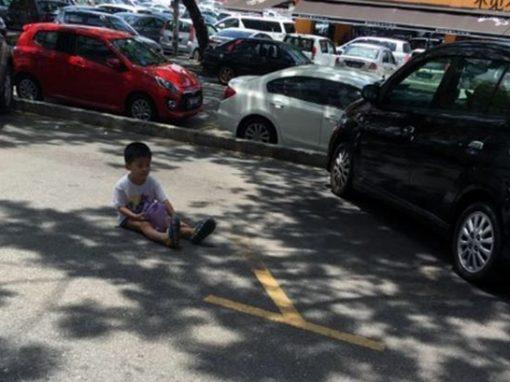 Mãe deixa filho na rua para guardar vaga de estacionamento
