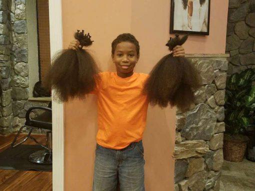 Garoto deixa cabelo crescer por dois anos e doa para crianças com câncer