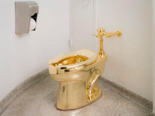 Museu apresenta privada de ouro como obra de arte