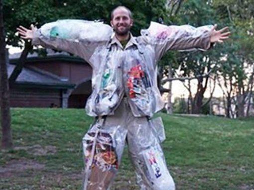 Homem veste roupa que acumula lixo produzido no dia