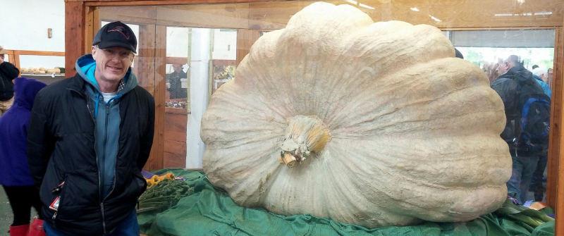 Homem bate recorde por cultivar abóbora gigante de quase 1 tonelada